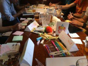 読書会というから本だけでOK…ではなく、テーブルにはカラーペンやおもちゃも。このカラフルさも特徴です