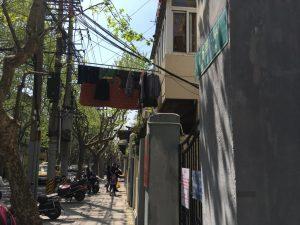 この干し方ですよ、洗濯物は。香港も下町に行くとよく干されているなぁ