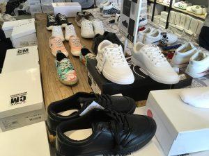 写真に写っている以外にもスターツアーズコラボスニーカーも。ちなみに、私は手前の靴を購入