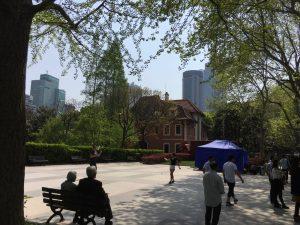 徐家匯公園は楽しそうにバドミントンしている人がいたり、のんびりしている人がいたり