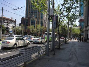 駅を降りてすぐ前の道路。ん、中国?という風景。奥にはプラタナスの並木道