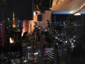 中の様子が写り込んでいますが左端に東京タワーが!