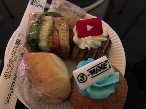 取ってきた料理。右のシュークリームはYouTubeとJ-waveのロゴが!