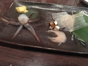 ちょっとお皿のスカスカ感と合わせてビックリ…去年前多先生からもらった活イカの3分の1ぐらいのサイズかも
